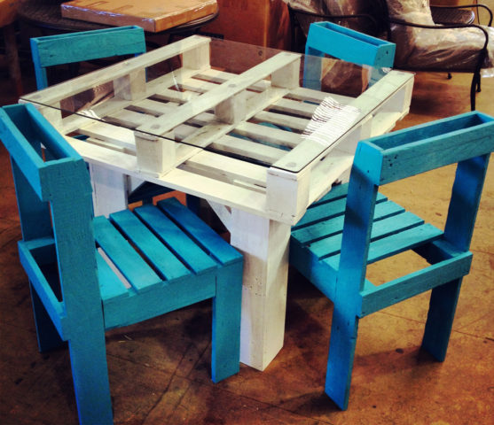 ... steps required to build a simple pallet furniture table & chairs set