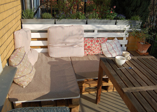 Patio Furniture Made with Pallets http://green.thefuntimesguide.com/2013/02/diy-pallet-furniture.php